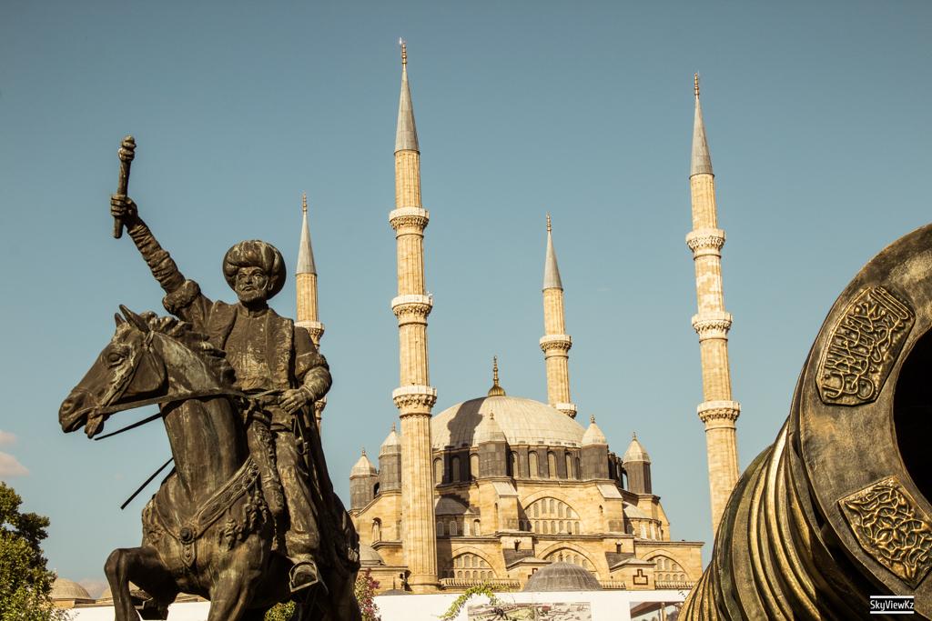 Мечеть Селимие — эталон турецкой мечети, расположенный в городе Эдирне и внесённый ЮНЕСКО в список Всемирного наследия. Википедия