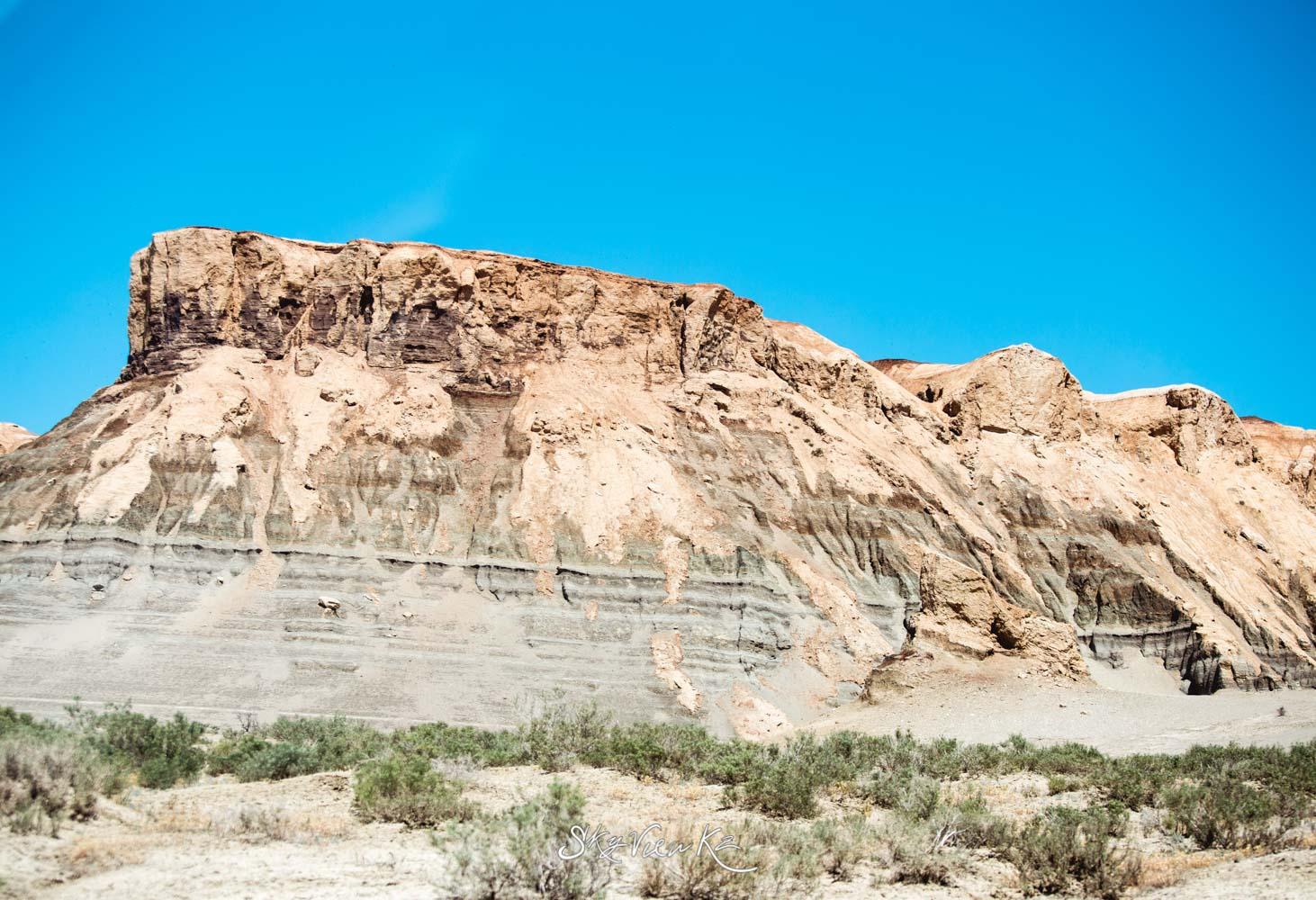 Догадываюсь, полосы на скалах - это уровень моря за столетия